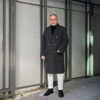 Cómo combinar un abrigo largo en gris oscuro: Elige un abrigo largo en gris oscuro y un pantalón de vestir blanco para un perfil clásico y refinado. Si no quieres vestir totalmente formal, usa un par de botas casual de cuero negras.