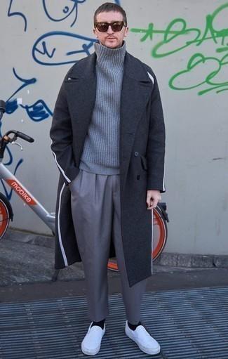 Cómo combinar un abrigo largo en gris oscuro: Casa un abrigo largo en gris oscuro junto a un pantalón de vestir gris para un perfil clásico y refinado. Para darle un toque relax a tu outfit utiliza zapatillas slip-on de lona blancas.