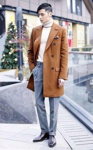 Cómo combinar un pantalón de vestir de lana gris estilo elegante: Empareja un abrigo largo en tabaco con un pantalón de vestir de lana gris para un perfil clásico y refinado. Zapatos oxford de cuero morado oscuro son una opción excelente para completar este atuendo.