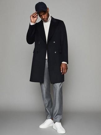 Cómo combinar unos tenis de cuero blancos estilo casual elegante: Considera ponerse un abrigo largo azul marino y un pantalón de vestir gris para rebosar clase y sofisticación. Mezcle diferentes estilos con tenis de cuero blancos.