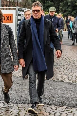 Un pantalón de vestir de vestir con un abrigo largo negro: Considera ponerse un abrigo largo negro y un pantalón de vestir para rebosar clase y sofisticación. ¿Quieres elegir un zapato informal? Usa un par de tenis de ante grises para el día.