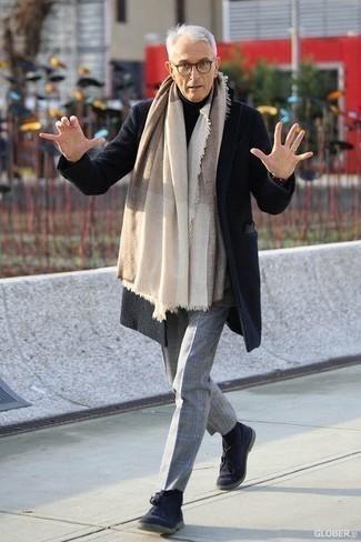 Un pantalón de vestir de vestir con un abrigo largo negro: Elige un abrigo largo negro y un pantalón de vestir para un perfil clásico y refinado. ¿Quieres elegir un zapato informal? Opta por un par de botas safari de ante azul marino para el día.