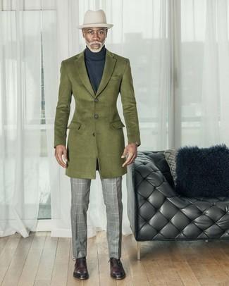 Cómo combinar un sombrero de lana blanco: Haz de un abrigo largo verde oliva y un sombrero de lana blanco tu atuendo para un look agradable de fin de semana. Zapatos oxford de cuero burdeos son una forma sencilla de mejorar tu look.