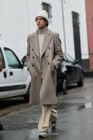 Cómo combinar un abrigo largo de tartán en beige: Emparejar un abrigo largo de tartán en beige junto a unos vaqueros de pana en beige es una opción excelente para un día en la oficina. Haz este look más informal con deportivas de ante grises.