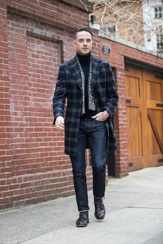 Cómo combinar: abrigo largo de tartán azul marino, jersey de cuello alto negro, vaqueros azul marino, zapatos derby de cuero en marrón oscuro