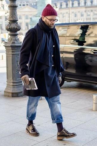 Look de moda: Abrigo largo azul marino, Jersey de cuello alto negro, Vaqueros azules, Zapatos derby de cuero negros