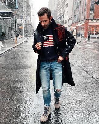 Cómo combinar: abrigo largo azul marino, jersey de cuello alto estampado azul marino, vaqueros desgastados azules, botas de trabajo de ante grises