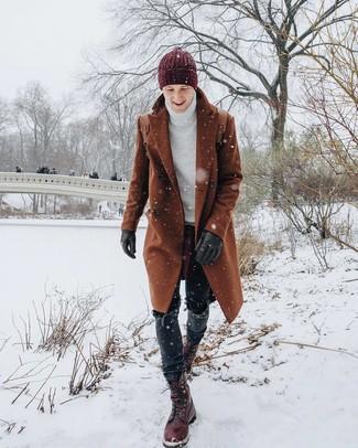 Cómo combinar: abrigo largo en tabaco, jersey de cuello alto de punto blanco, vaqueros negros, botas casual de cuero burdeos