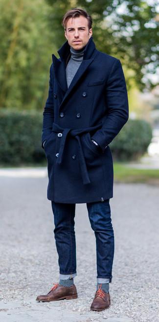 Cómo combinar: abrigo largo azul marino, jersey de cuello alto gris, vaqueros azul marino, zapatos derby de cuero marrónes