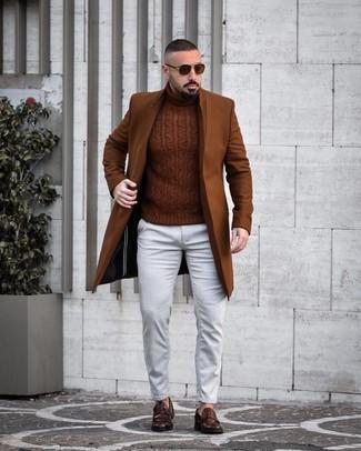 Cómo combinar: abrigo largo marrón, jersey de cuello alto de punto marrón, vaqueros blancos, mocasín de cuero en marrón oscuro