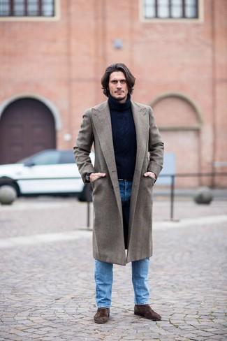 Cómo combinar un abrigo largo marrón: Si buscas un estilo adecuado y a la moda, ponte un abrigo largo marrón y unos vaqueros azules. Con el calzado, sé más clásico y elige un par de botines chelsea de ante en marrón oscuro.