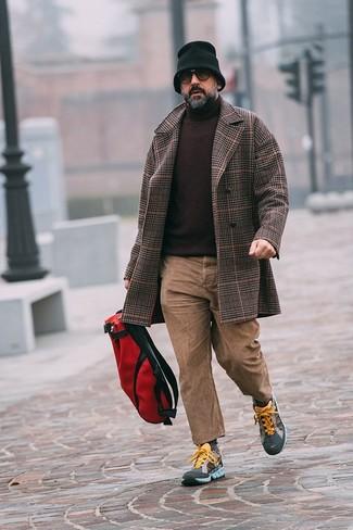 Cómo combinar unos vaqueros marrón claro: Ponte un abrigo largo de tartán en marrón oscuro y unos vaqueros marrón claro para el after office. Si no quieres vestir totalmente formal, elige un par de deportivas en multicolor.