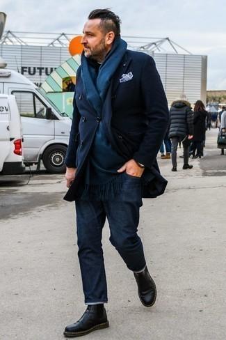 Moda para hombres de 40 años: Emparejar un abrigo largo azul marino junto a unos vaqueros azul marino es una opción atractiva para un día en la oficina. ¿Te sientes valiente? Opta por un par de botines chelsea de cuero negros.