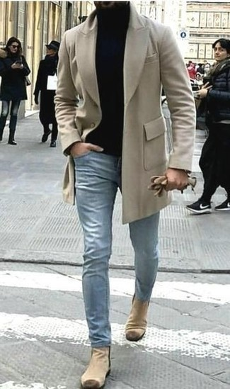 Cómo combinar unos botines chelsea de ante en beige: Ponte un abrigo largo en beige y unos vaqueros celestes para las 8 horas. Dale un toque de elegancia a tu atuendo con un par de botines chelsea de ante en beige.