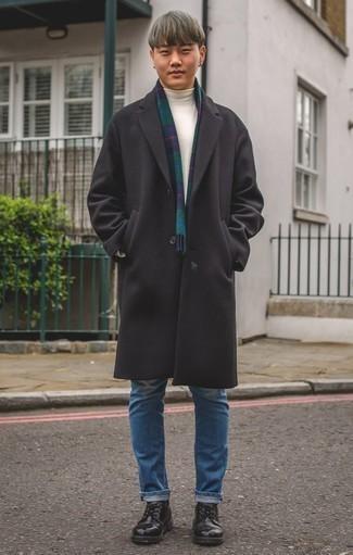 Cómo combinar unos vaqueros para hombres de 20 años: Si buscas un look en tendencia pero clásico, empareja un abrigo largo negro con unos vaqueros. Complementa tu atuendo con zapatos derby de cuero negros para mostrar tu inteligencia sartorial.