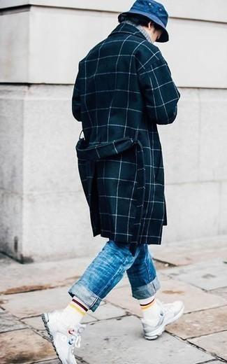 Outfits hombres en primavera 2020: Opta por un abrigo largo a cuadros azul marino y unos vaqueros azules para el after office. Para el calzado ve por el camino informal con deportivas blancas. Este look es una elección ideal si tu en busca de un look primaveral.