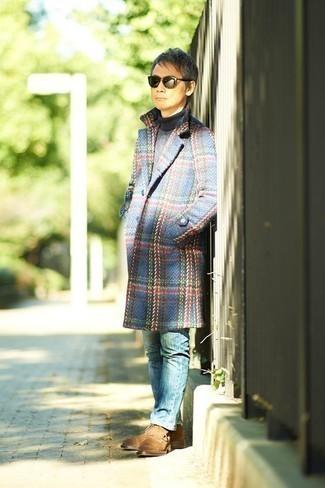 Cómo combinar unas botas casual de ante marrón claro: Ponte un abrigo largo de tartán azul y unos vaqueros azules para después del trabajo. Botas casual de ante marrón claro son una opción buena para completar este atuendo.