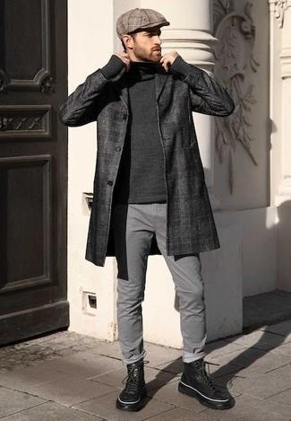 Cómo combinar unas botas: Ponte un abrigo largo de tartán en gris oscuro y unos vaqueros grises para crear un estilo informal elegante. Botas son una opción muy buena para complementar tu atuendo.