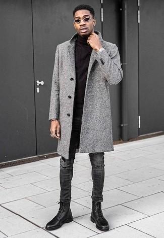 Outfits hombres: Intenta ponerse un abrigo largo gris y unos vaqueros desgastados en gris oscuro para un look diario sin parecer demasiado arreglada. ¿Te sientes valiente? Elige un par de botas casual de cuero negras.
