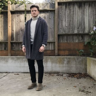 Cómo combinar unos botines chelsea de ante grises: Casa un abrigo largo en gris oscuro junto a unos vaqueros negros para lograr un estilo informal elegante. ¿Te sientes valiente? Opta por un par de botines chelsea de ante grises.