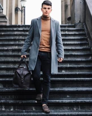 Cómo combinar unos zapatos con doble hebilla de ante en marrón oscuro: Equípate un abrigo largo gris con unos vaqueros negros para crear un estilo informal elegante. ¿Te sientes valiente? Haz zapatos con doble hebilla de ante en marrón oscuro tu calzado.