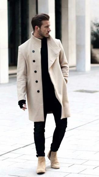 Cómo combinar: abrigo largo en beige, jersey de cuello alto negro, vaqueros pitillo negros, botines chelsea de ante en beige
