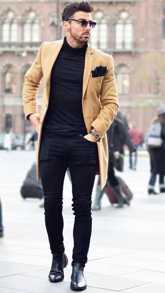 Cómo combinar: abrigo largo marrón claro, jersey de cuello alto negro, vaqueros pitillo negros, botines chelsea de cuero negros