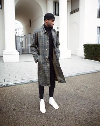 Cómo combinar: abrigo largo de tartán gris, jersey de cuello alto negro, vaqueros pitillo negros, tenis de lona blancos