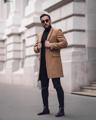 Cómo combinar: abrigo largo marrón claro, jersey de cuello alto negro, vaqueros pitillo desgastados negros, botines chelsea de cuero negros