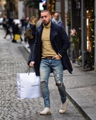 Cómo combinar: abrigo largo azul marino, jersey de cuello alto de lana marrón claro, vaqueros pitillo desgastados azules, botines chelsea de ante en beige