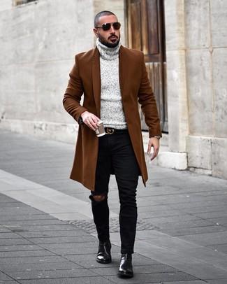 Cómo combinar: abrigo largo marrón, jersey de cuello alto de punto gris, vaqueros pitillo desgastados negros, botines chelsea de cuero negros