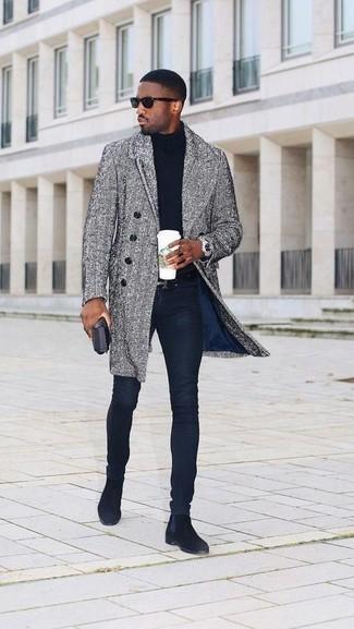 Cómo combinar un abrigo largo de espiguilla gris: Elige un abrigo largo de espiguilla gris y unos vaqueros pitillo azul marino para una apariencia fácil de vestir para todos los días. ¿Te sientes valiente? Elige un par de botines chelsea de ante negros.