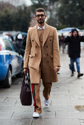 Cómo combinar: abrigo largo marrón claro, jersey de ochos marrón claro, camisa de manga larga blanca, pantalón de vestir de lana marrón claro