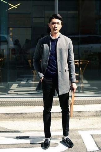 Cómo combinar un jersey de ochos azul marino: Empareja un jersey de ochos azul marino con un pantalón chino negro para un look diario sin parecer demasiado arreglada. Activa tu modo fiera sartorial y haz de mocasín con borlas de cuero negro tu calzado.