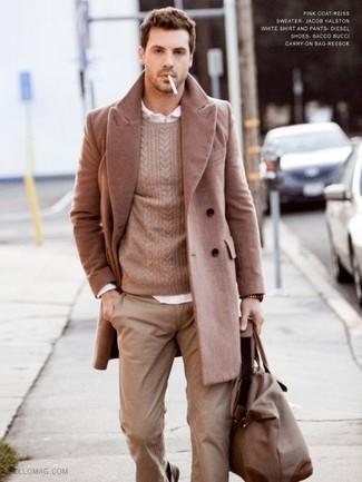 Cómo combinar: abrigo largo marrón claro, jersey de ochos marrón claro, camisa de manga larga blanca, pantalón chino marrón claro