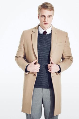 Cómo combinar un jersey de ochos azul marino: Haz de un jersey de ochos azul marino y un pantalón de vestir de lana gris tu atuendo para un perfil clásico y refinado.
