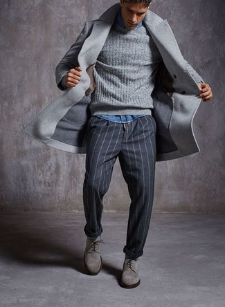 Cómo combinar: abrigo largo gris, jersey de ochos gris, camisa vaquera azul, pantalón de vestir de rayas verticales en gris oscuro