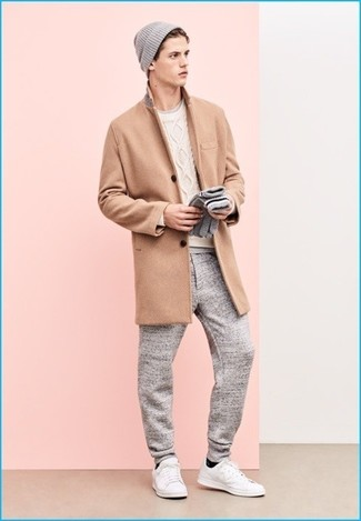 Cómo combinar: abrigo largo marrón claro, jersey de ochos blanco, camiseta con cuello circular gris, pantalón de chándal gris