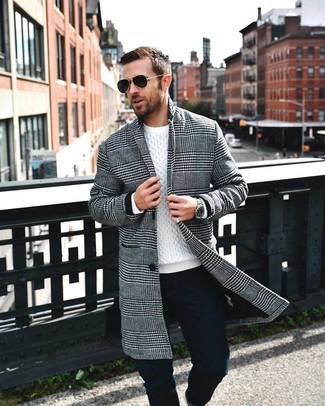 Cómo combinar: abrigo largo de pata de gallo en negro y blanco, jersey de ochos blanco, pantalón chino negro, gafas de sol negras