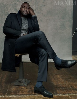Look de Idris Elba: Abrigo Largo Negro, Jersey de Ochos Gris, Pantalón de Vestir Negro, Zapatos Derby de Cuero Negros