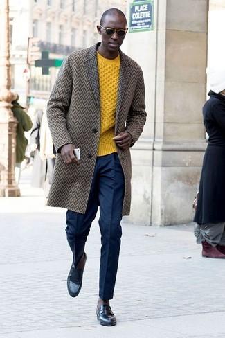 Cómo combinar: abrigo largo de espiguilla marrón, jersey de ochos amarillo, pantalón de vestir azul marino, mocasín de cuero negro