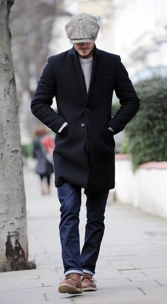 Cómo combinar: abrigo largo negro, jersey de ochos blanco, vaqueros azul marino, botas casual de cuero marrónes
