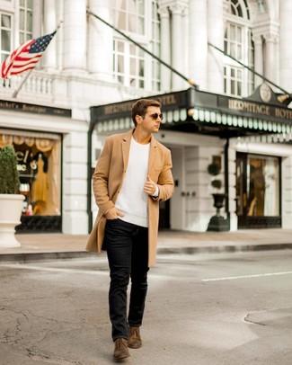 Cómo combinar: abrigo largo marrón claro, jersey de ochos blanco, vaqueros negros, botas safari de cuero en marrón oscuro