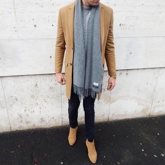 Cómo combinar: abrigo largo marrón claro, jersey de ochos gris, vaqueros pitillo azul marino, botines chelsea de ante marrón claro