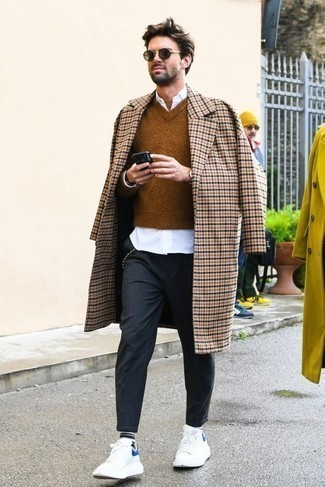 Outfits hombres en clima frío: Ponte un abrigo largo a cuadros en beige y un pantalón chino en gris oscuro para lograr un estilo informal elegante. Tenis de cuero blancos darán un toque desenfadado al conjunto.