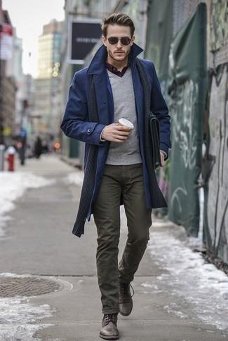 Cómo combinar un portafolio de cuero verde oliva: Un abrigo largo azul marino y un portafolio de cuero verde oliva son una opción inmejorable para el fin de semana. Elige un par de botas casual de cuero en marrón oscuro para mostrar tu inteligencia sartorial.