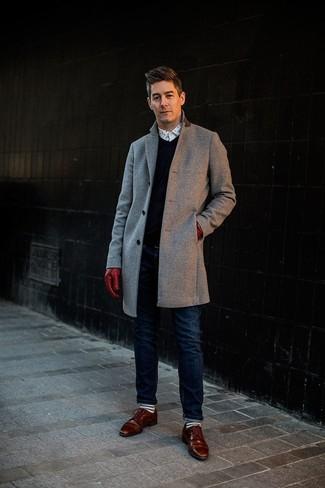 Cómo combinar: abrigo largo gris, jersey de pico azul marino, camisa de manga larga a lunares en blanco y negro, vaqueros azul marino