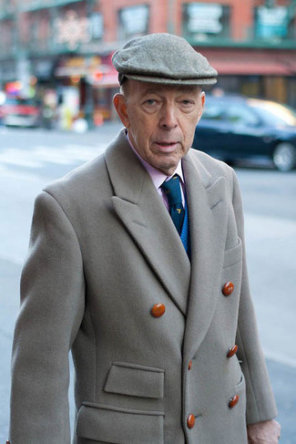 Un jersey de pico azul de hombres de BLEND y un abrigo largo gris son una gran fórmula de vestimenta para tener en tu clóset.