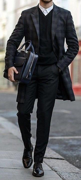 Cómo combinar: abrigo largo de tartán azul marino, jersey de pico negro, camisa de vestir blanca, pantalón de vestir negro
