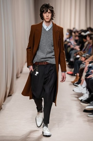 Cómo combinar: abrigo largo en tabaco, jersey de pico gris, camisa de vestir celeste, pantalón de vestir negro